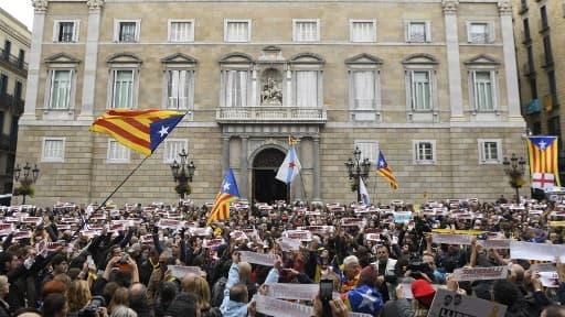 Des manifestants pro-indépendance devant le palais de la Généralité de Catalogne, le 08 novembre 2017