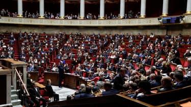 Les députés ont adopté le texte peu avant 6 heures par 66 voix contre 27.