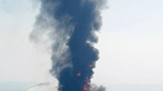 """Une plate-forme pétrolière a sombré jeudi au large de la Louisiane après avoir brûlé pendant 36 heures. Onze personnes sont portées disparues et les autorités américaines s'emploient à présent à contenir une marée noire """"importante"""", selon la garde-côte."""