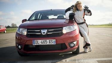 Enora Malagré, invitée de la 3e saison de Top Gear France, à côté de la voiture raisonnablement peu coûteuse.