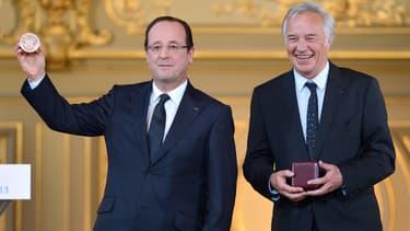 François Hollande reçoit la médaille de la ville de Dijon le 12 mars 2013.