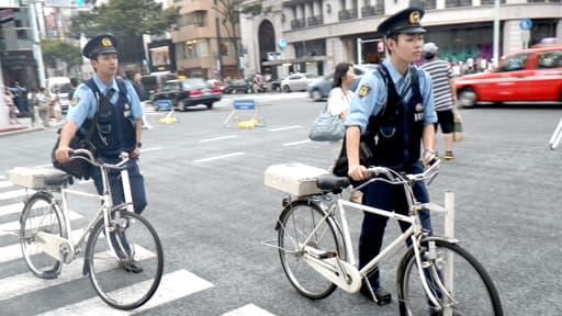Des policiers japonais dansles rues de Tokyo.