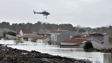 Des victimes de la tempête sont hélitreuillées, le 28 février 2010.