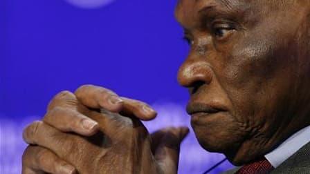 Le président sénégalais Abdoulaye Wade déclare que les bases de l'armée française à Dakar passeront dimanche sous souveraineté sénégalaise, à l'occasion du cinquantième anniversaire de l'indépendance du pays. /Photo d'archives/REUTERS/Denis Balibouse
