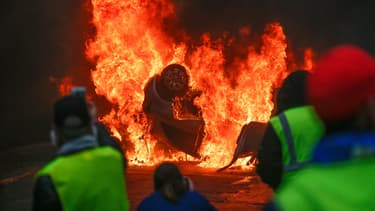 Voiture brûlée à Paris en marge de la manifestation des gilets jaunes le 1er décembre 2018.
