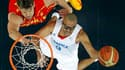 Tony Parker (9) sous le panier espagnol face à Marc Gasol, en quarts de finale de basket à Londres. Les Français se sont inclinés 66 à 59 et quittent le tournoi olympique. /Photo prise le 8 août 2012/REUTERS/Mike Segar