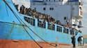 Des immigrants arrivent dans le port de Crotone, en Italie, le 9 décembre 2014