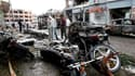 Sur les lieux de l'explosion de voitures piégées, à Reyhanli, dans le sud-est de la Turquie. Neuf personnes, toutes de nationalité turque, ont été arrêtées à la suite du double attentat qui a fait 46 morts samedi près de la frontière syrienne. /Photo pris