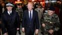 Le ministre de l'Intérieur Brice Hortefeux (au centre) en gare de Montparnasse pour une conférence de presse. Cinq personnes arrêtées cette semaine à Paris fomentaient des attentats terroristes en France, a-t-il annoncé, évoquant un projet d'attentat cont