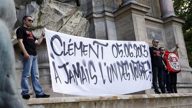 Hommage à Clément Méric, place Saint-Michel, à Paris. Le principal suspect dans la mort du jeune militant antifasciste a été mis en examen samedi soir pour violences ayant entraîné la mort sans intention de la donner. /Photo prise le 6 juin 2013/REUTERS/C