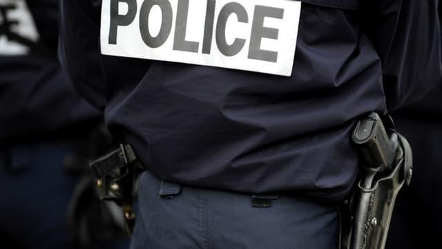 Un policier photographié de dos  (image d'illustration)