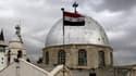 Le drapeau syrien flotte devant une église dans la capitale du pays, Damas. (photo d'illustration)