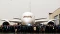 Les employés de Boeing ont livré lundi en mains propres et sous une pluie battante leur premier Dreamliner 787 à la compagnie aérienne japonaise All Nippon Airways, terminant ainsi le long chapitre d'un développement qui a accumulé les retards. /Photo pri
