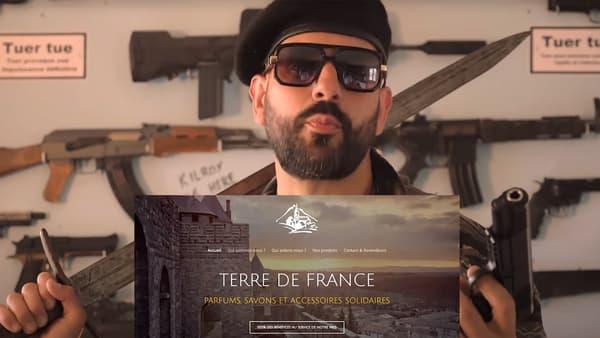 Papacito mettant en avant son sponsor, Terre de France