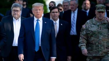 Donald Trump entouré par le procureur général William Barr et le secrétaire à la Défense Mark Esper, en visite à l'église Saint-John, le 1er juin 2020.