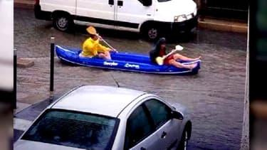 A Montpellier, le Lez est sorti de son lit et les rues ont été inondées, lundi, après de fortes pluies. De quoi provoquer quelques situations insolites.