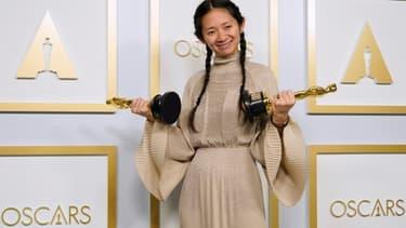 Chloé Zhao, avec ses deux Oscars, dimanche, à Los Angeles