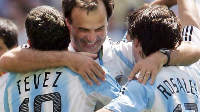 Marcelo Bielsa avec Carlos Tevez et Mauro Rosales quand il entraînait l'Argentine
