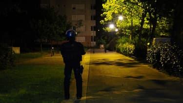 Un policier dans les rues du quartier du Breil près de Nantes, dans la nuit de samedi à dimanche 8 juillet.