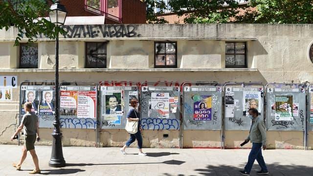 Les panneaux d'affichage devant un bureau électoral ce dimanche à Paris.