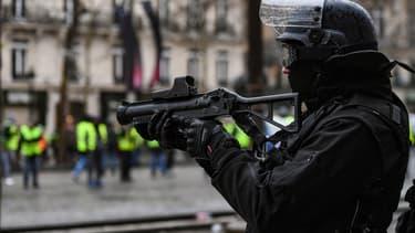 Un policier armé d'un LBD.