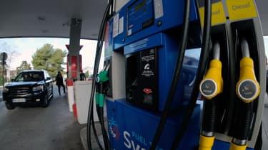 Des clients se servent à la pompe le 31 décembre 2017 à Marseille, la veille d'une augmentation des taxes sur l'essence et le diesel.