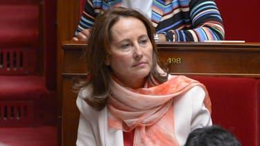 La ministre de l'Environnement Ségolène Royal a mis en place une commission indépendante sur les émissions polluantes des moteurs diesel le 1er octobre 2015.