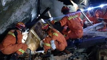 Les secouristes cherchent les survivants après le séisme qui a frappé le Sichuan.