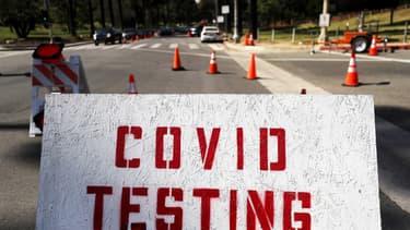 Un panneau annonçant un dépistage pour le Covid-19, en Californie