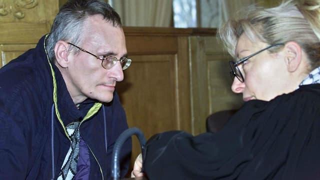 Francis Heaulme s'entretient avec son avocate, , le 19 novembre 2002, au début de son procès en appel pour le meurtre d'Annick Maurice en 1986, devant la cour d'assises de Meurthe-et-Moselle.