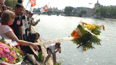 Le 1er mai 2007, des militants d'associations contre le racisme rendent hommage à Brahim Bouarram à Paris.