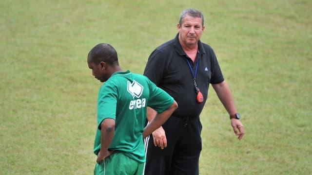 Rolland Courbis avec l'entraîneur du Niger, Arouna Doulla