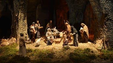 La crèche chrétienne met en scène la naissance de Jésus de Nazareth dans une étable ou une grotte.