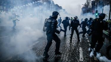 Action des forces de l'ordre sur les Champs-Élysées en marge des manifestations des gilets jaunes le 15 décembre 2018.