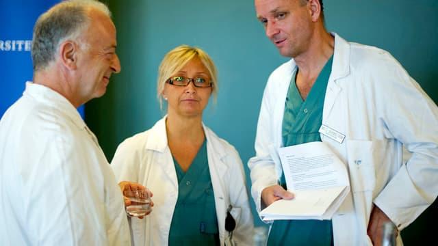 Les trois médecins qui ont accompagné cette greffe lors d'une conférence de presse, en 2012.