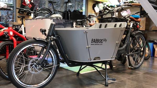 Vélo cargo biporteur avec charge avant.
