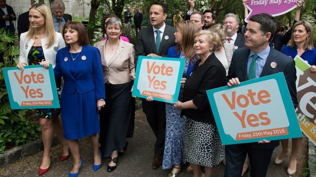 """Le premier ministre irlandais fait campagne pour le """"oui"""" dans le cadre du référendum sur la libéralisation de l'avortement, le 24 mai 2018"""