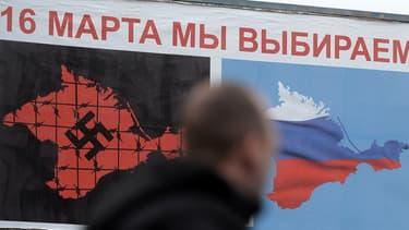 A Sébastopol, une affiche annonçant le référendum du 16 mars, en Crimée, assimile le gouvernement de Kiev à un gouvernement nazi.