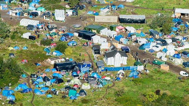 Le bidonville de Calais, dont les conditions de vie sont dénoncées par des soignants.
