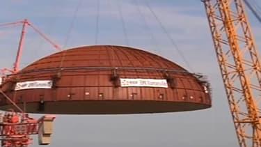 Le dôme de l'EPR de Flamanville a été posé, ce mardi, sur le bâtiment du réacteur nucléaire. La location de l'une des plus grandes grues au monde, pour 12 millions d'euros, a été nécessaire à l'opération.