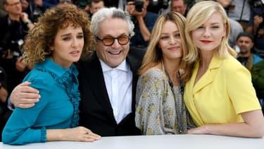 George Miller, entouré des trois jurées Valeria Golino, Vanessa Paradis et Kirsten Dunst à Cannes le 11 mai 2016
