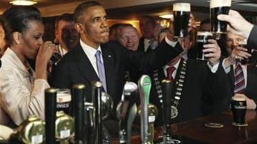 Barack Obama et son épouse Michelle, dans un pub irlandais, dans le petit village de Moneygall, où le président américain a effectué lundi un pèlerinage sur les traces de l'un de ses arrière-arrière-arrière grand-pères. Irlandais en Irlande, Britannique à