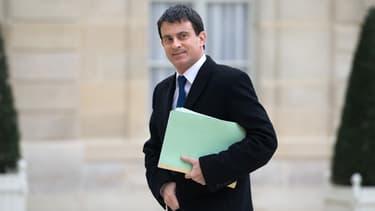 """Manuel Valls à l'entrée d'un Conseil des ministres. Le ministre de l'Intérieur a assuré que Frigide Barjot serait """"protégée"""", après les menaces qu'elle a reçues."""