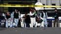 Policiers place Taksim, l'un des lieux publics les plus fréquentés d'Istanbul, où un kamikaze présumé a actionné dimanche sa charge explosive, blessant 32 personnes, dont 15 policiers. /Photo prise le 31 octobre 2010/REUTERS/Osman Orsal