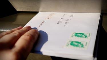 Malgré le developpement des e-cards, les cartes de voeux papier ont encore de nombreux adeptes.