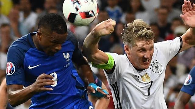 La main de Bastian Schweinsteiger pendant Allemagne-France