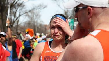 Des joggeurs sous le choc, quelques minutes après la double explosion à Boston.