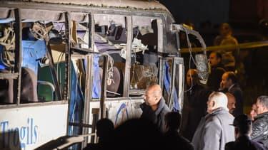 Photo du bus de tourisme après l'explosion qui a fait, vendredi, quatre morts.