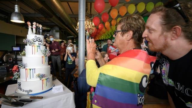 Des Suisses célèbrent la victoire du Oui au référendum pour ouvrir le mariage aux couples de même sexe, le 26 septembe 2021 à Berne