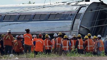 Des secouristes devant le train qui a déraillé mardi soir à Philadelphie tuant six personnes.